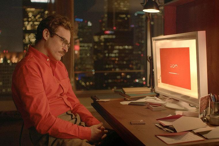 """Joaquin phoenix guarda lo schermo del pc nel film """"her"""""""