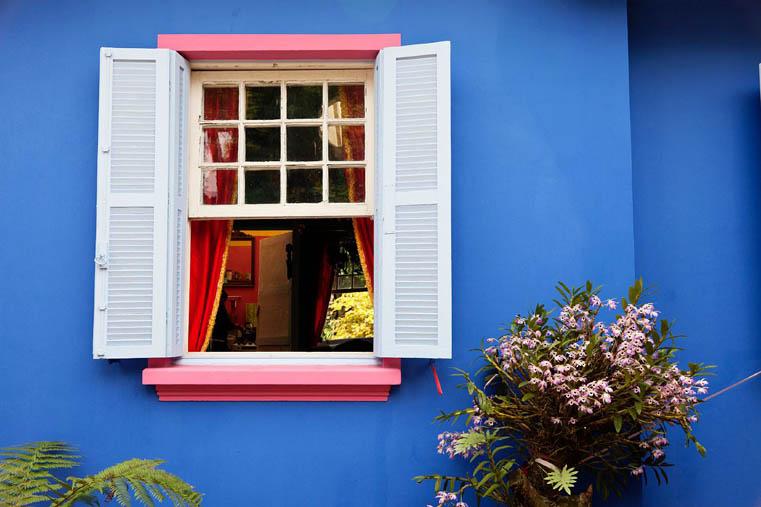 casa colorata di un'artista