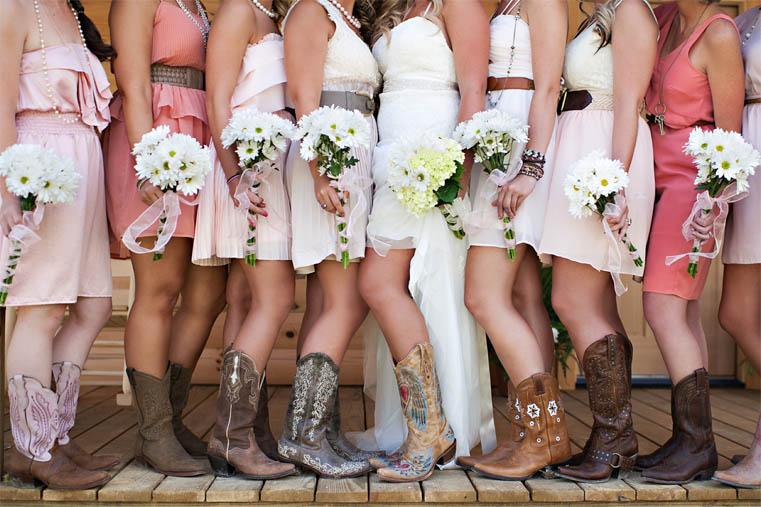 Amiche della sposa con bouquet e stivali da cowboy