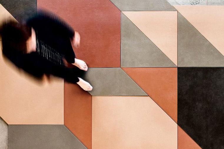 Fotografia di un pavimento con donna
